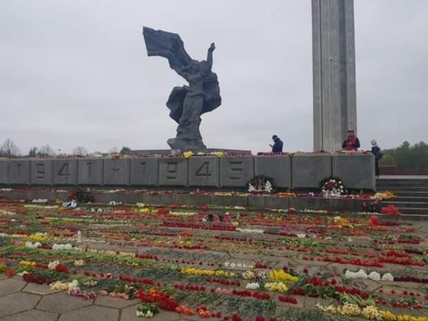 Красная звезда  у монумента Освободителям возмутила рижских националистов
