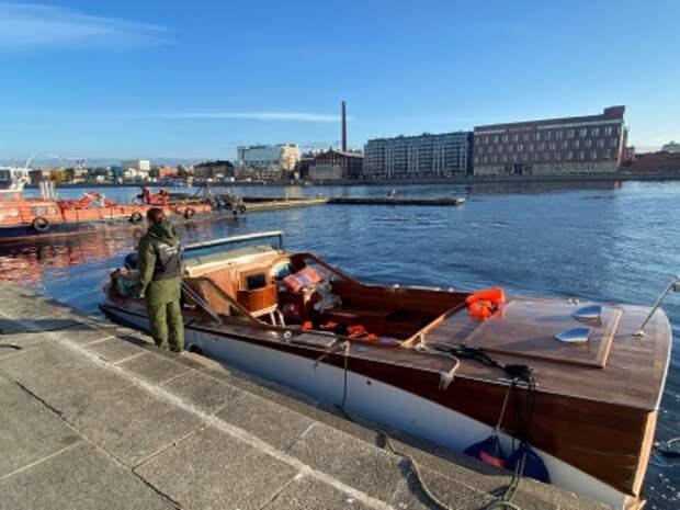 Прогулочный катер столкнулся с мостом и затонул в Петербурге
