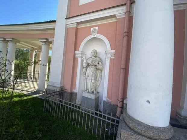 У скульптуры апостола на фасаде казачьего собора в Петербурге появилась временна рука. Подлинник еще ищут полицейские