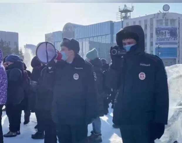 Во Владивостоке мужчина набросился на силовиков
