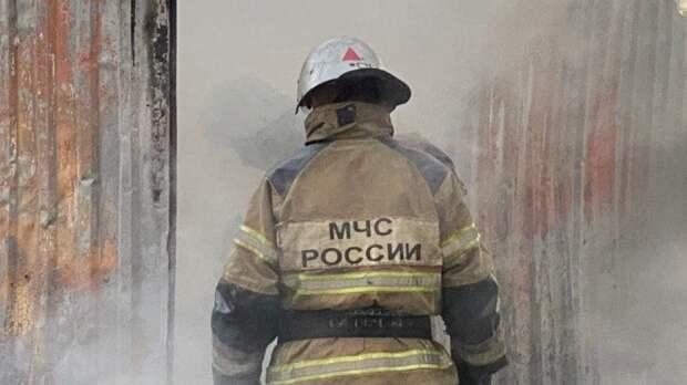 Десятки спасателей пытаются потушить горящий склад и дома под Ульяновском