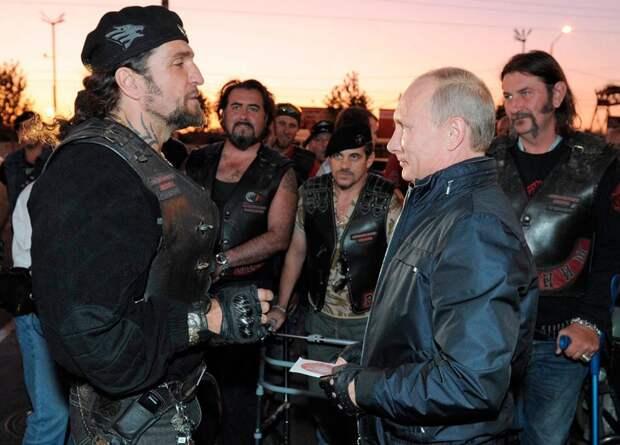 Президент России Владимир Путин c главой байк-клуба Ночные Волки Александром Залдостановым, также известным как Хирург, на байк-фестивале в Новороссийске 29 августа, 2011 года.