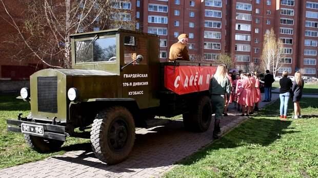 В Кемерово активисты устроили концерт под окнами ветерана