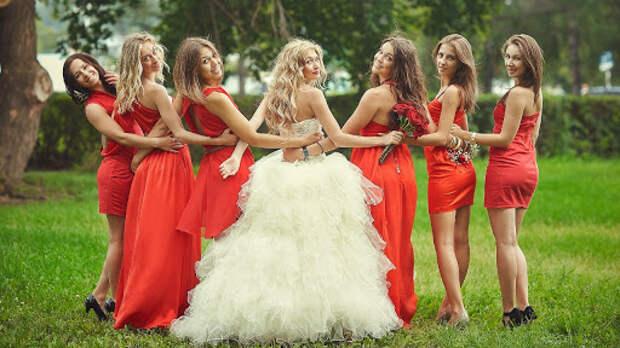 Девушка-подросток испортила сестре свадьбу своей большой грудью