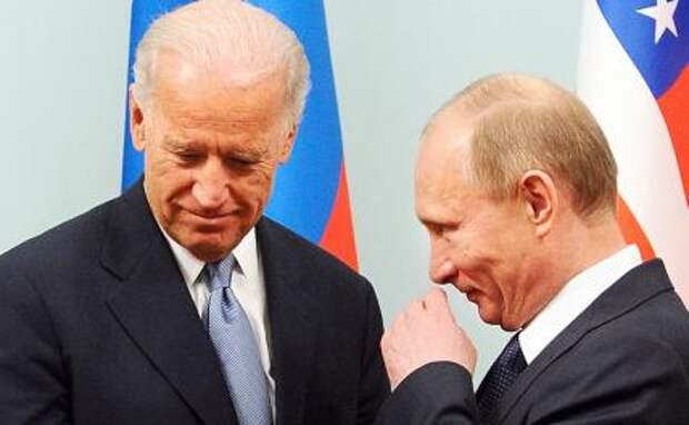 На фото: президент США Джо Байден и президент России Владимир Путин (слева направо)