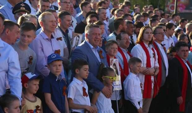 Сводный хор отцов и сыновей исполнил военные песни на Центральной площади Ижевска