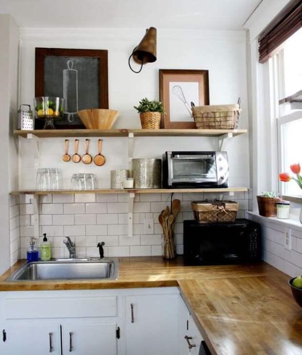 Установите открытые полки на маленькой кухне, и все самое нужное всегда будет под рукой. | Фото: happymodern.ru.