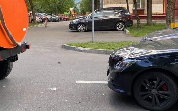 Трактор – поливалка «зацепил» иномарку на улице Маршала Соколовского