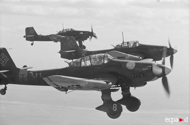Бомбардировщики Юнкерс Ju-87 эскадры «Иммельман» во время полета в Сталинград