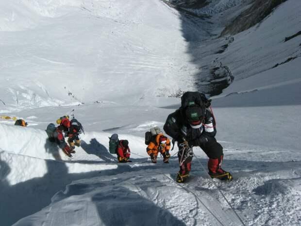 Три альпиниста погибли и восемь пропали при восхождении на Эльбрус