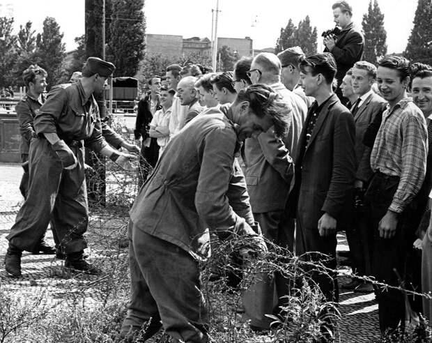 15 ретро-снимков, повествующий о легендарном падении Берлинской стены