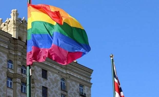 Британское посольство вМоскве вывесило флаг ЛГБТ