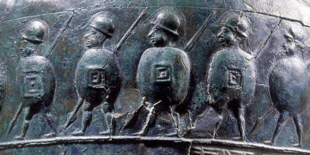 Ситула из Чертозы (около 500 года до н.э.) с изображением этрусских воинов, вооружённых копьями и щитами. У четверых из них щиты представляют собой италийский скутум, а пятый несёт гоплитский круглый щит. roma-victrix.com - Так создавались легионы: фаланга в Древнем Риме | Военно-исторический портал Warspot.ru