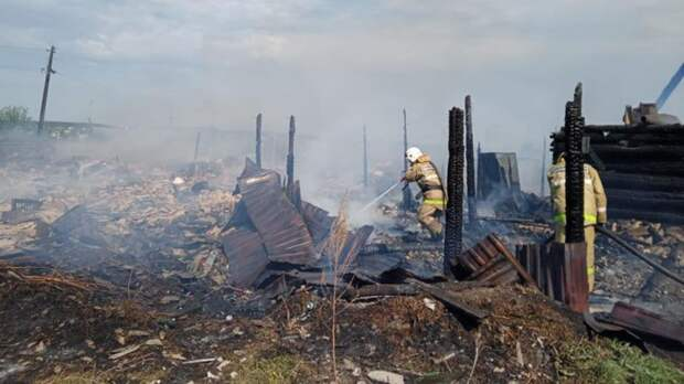 Надворные постройки загорелись на площади 1 тыс. кв. м на Урале