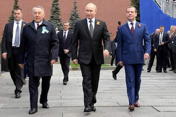 Из иностранных лидеров на День Победы в Россию приехал только Назарбаев, который сиротливо стоял рядом с Путиным