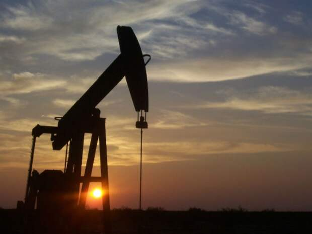 Котировки нефти Brent и WTI проседают на укреплении доллара