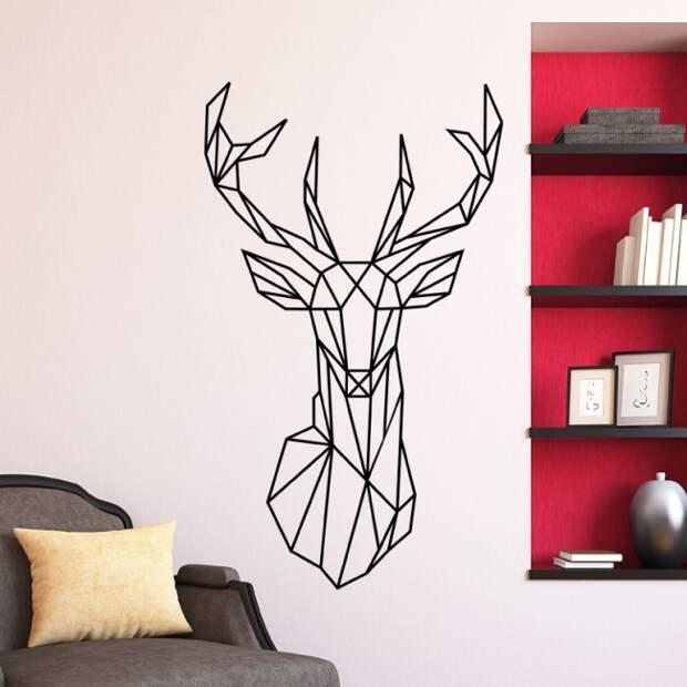 Необычный графический рисунок в минималистическом духе на стене светлой гостиной