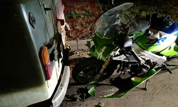 В Ясном проезде мотоцикл влетел в припаркованную «буханку»