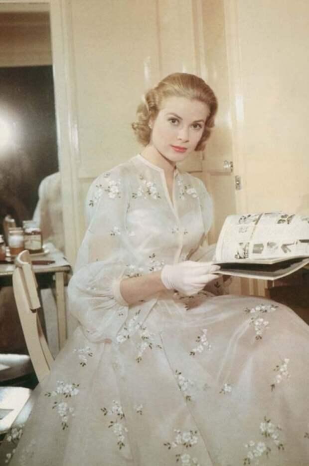 Как менялась, сменившая статус Богини Золотой Эры Голливуда  на роль принцессы, неподражаемая Грейс Келлис течением времени.
