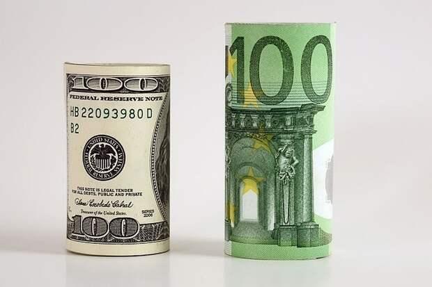 Инвестор рекомендовал россиянам покупать доллары и евро