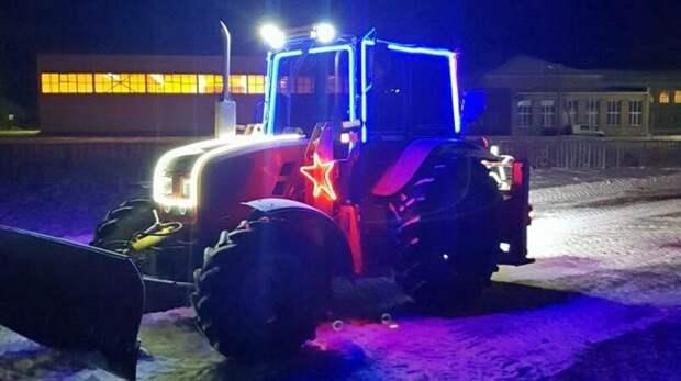 Предприниматель на украшенном тракторе четыре года чистит улицы своего села вместо коммунальщиков Добрые дела, предприниматель, регионы