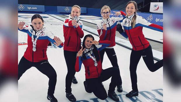 Женская сборная России завоевала серебряные медали ЧМ по керлингу