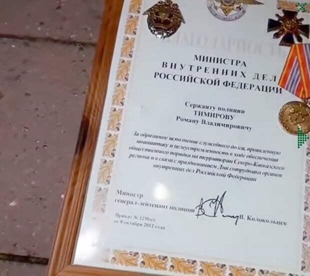 Экс-сотрудник МВД бросил свой значок перед зданием администрации после силового разгона протеста в Хабаровске