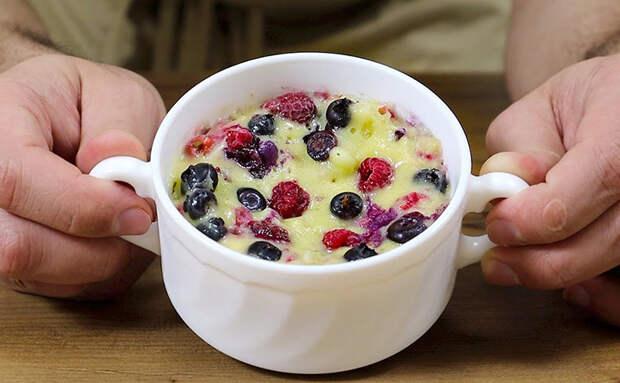Ягодный десерт за 5 минут: смешиваем размороженные ягоды со сливками и ставим в микроволновку