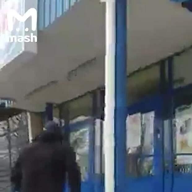 В Мариуполе мужчина с топором устроил погром в супермаркете. Отомстил за жену, которую...