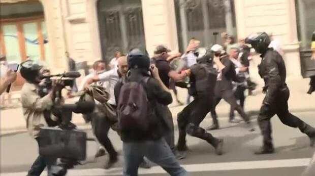 Сотни городов Франции охвачены протестами против санитарных пропусков
