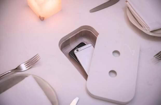Даже для элитного ресторана Sara (Торонто) разработали специальные обеденные столы, где есть специальные ячейки для мобильных телефонов.   Фото: blogto.com.