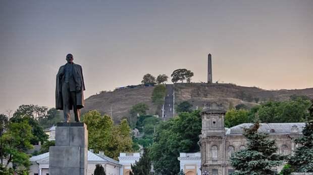«Пизанский» Ленин в Керчи продолжает разрушаться