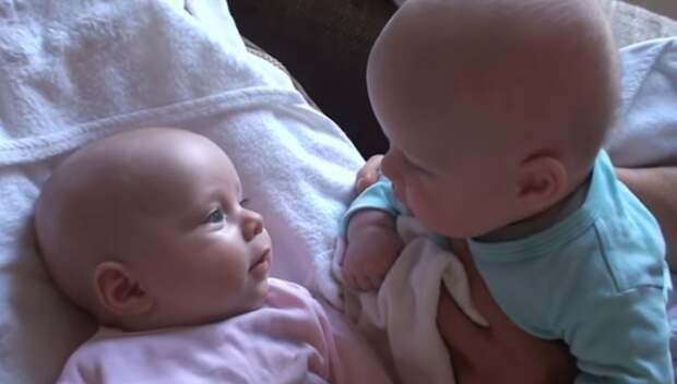 2.2 млн просмотров: смешной разговор 2 младенцев покорил Интернет