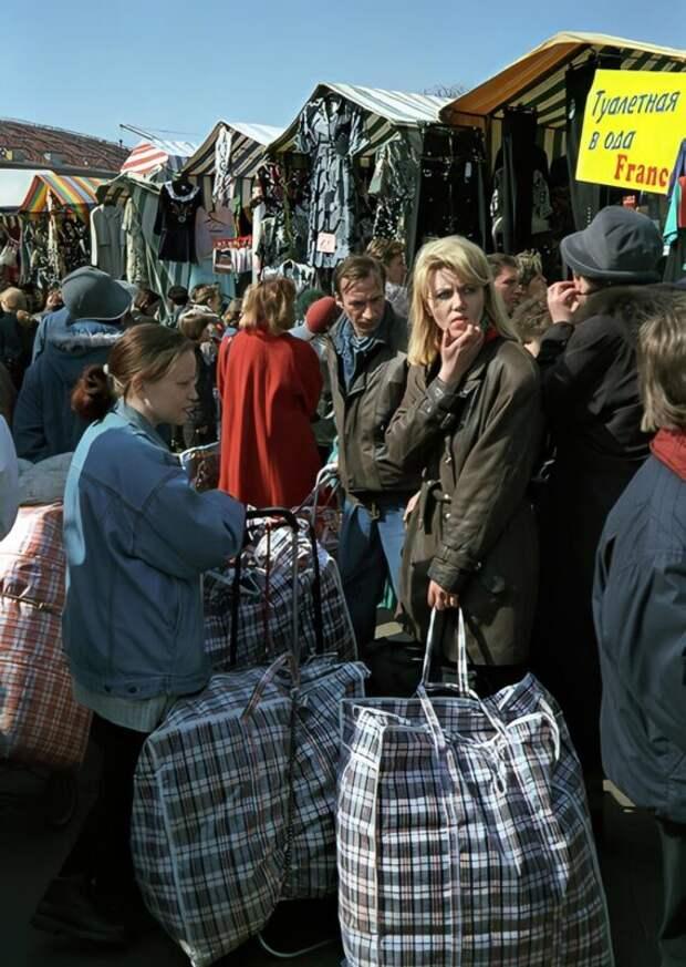 История «челноков»: как клетчатая сумка навремя стала символом России