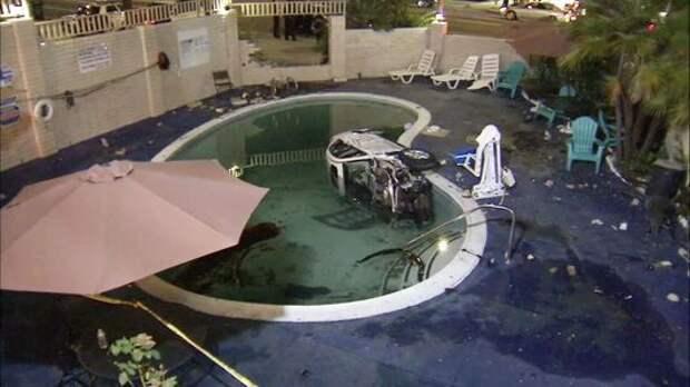 Toyota рухнула в бассейн отеля. Пострадали 8 человек