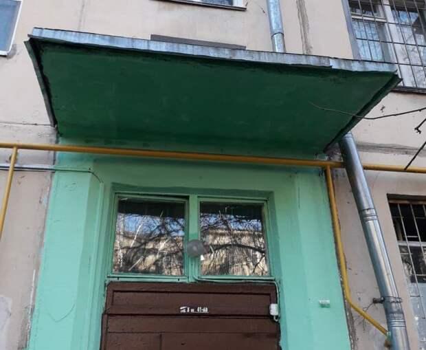 Козырек подъезда в доме на Химкинском бульваре отремонтирован – управа