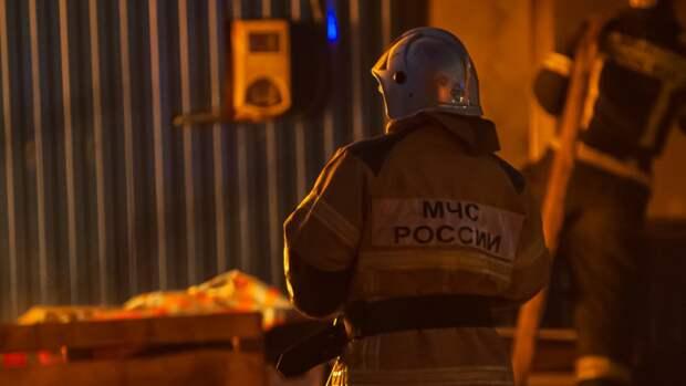 Горящий двухэтажный деревянный склад обрушился в Подмосковье