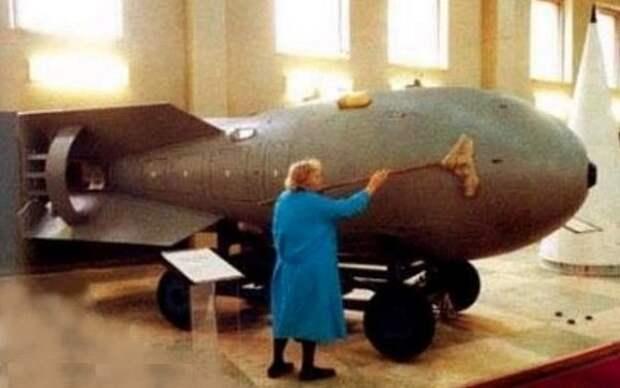 Уборщица моет атомную бомбу