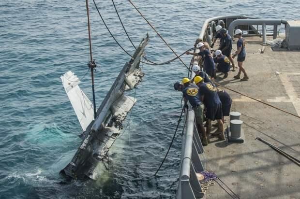 Американский океанский буксир USNS Catawba (T-ATF 168) участвует в подъеме разбившегося после взлета с авианосца «Теодор Рузвельт» истребителя-бомбардировщика F/А-18. Аравийское море