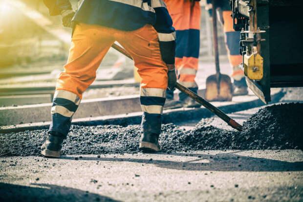 teamwork on road construction - ремонт асфальта стоковые фото и изображения