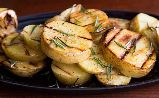 Кладем на мангал отваренную особым образом картошку и готовим как мясо