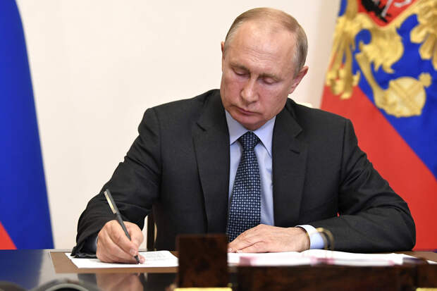 Путин подписал закон о праве бывших президентов на пожизненное сенаторство