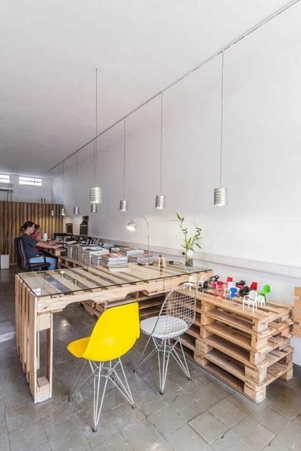 Столы из паллетов –прекрасно выглядят даже в офисах.   Фото: cpykami.ru.