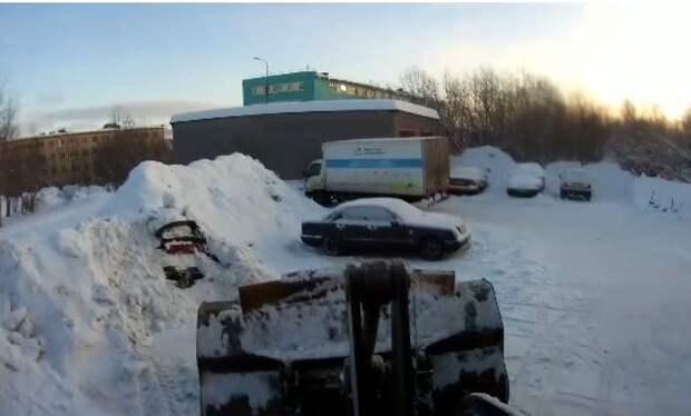 """Нашел """"подснежник"""": в Мурманске тракторист повредил машину, убирая снег"""