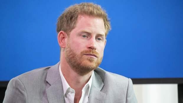 """На похоронах мужа Елизаветы II принц Гарри чувствовал себя """"запуганным зайцем"""""""