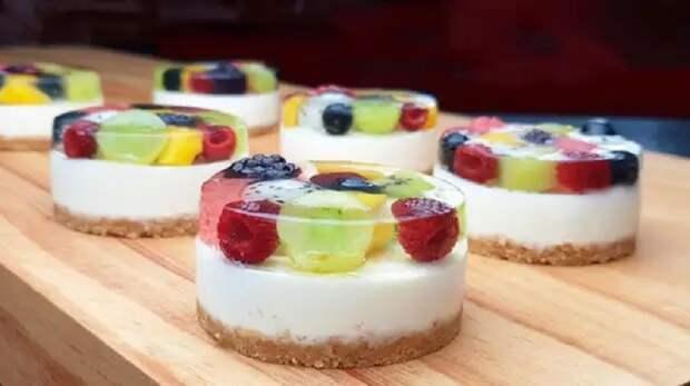 Красивый десерт без яиц и выпечки: покоряет с первого взгляда