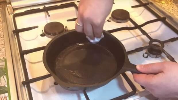 Что делать, если к чугунной сковороде всё прилипает