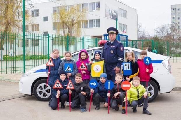 В рамках акции «Юный пешеход» керченские сотрудники ГИБДД проводят занятия со школьниками