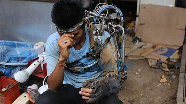 Индонезийский мужчина сделал «бионическую руку» изметаллолома