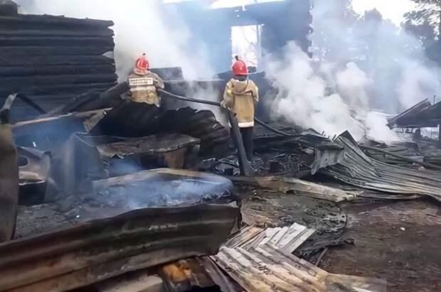 В ХМАО потушили пожар, который перешёл с травы на жилой дом